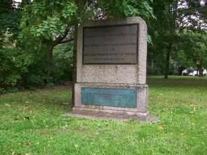 Bln-Mitte, Grabstein für die 38 verbrannten Bln. Juden des Hostienschändungsprozesses.