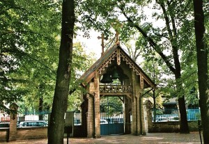 Russischer Friedhof: Eingang mit den geraubten Glocken